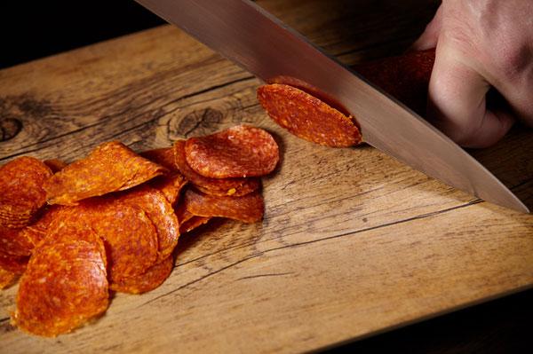 как красиво нарезать колбасу на стол