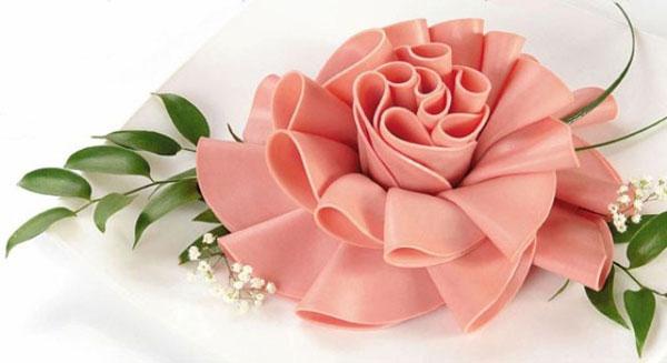 kak-sdelat-rozu-iz-kolbasy-cvety-kolbasnye-1