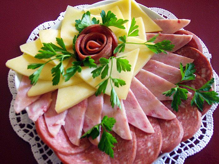 kak-sdelat-rozu-iz-kolbasy-cvety-kolbasnye-4