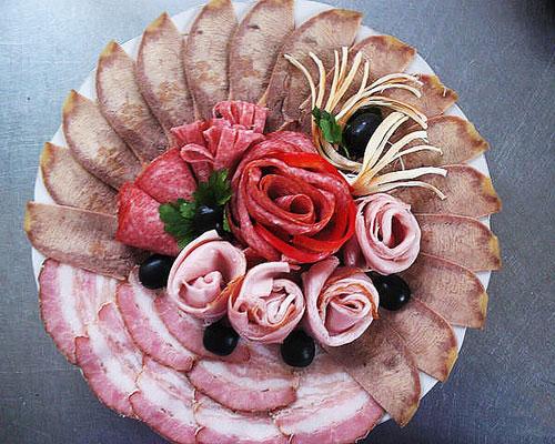 kak-sdelat-rozu-iz-kolbasy-cvety-kolbasnye-6
