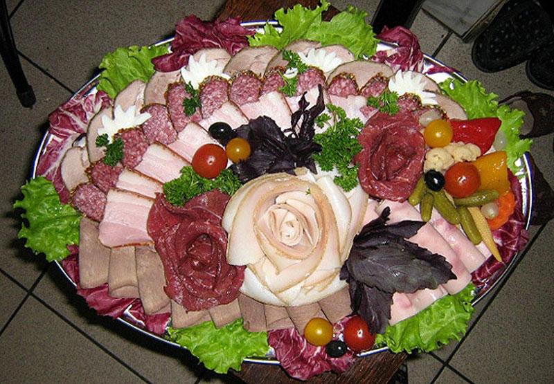 kak-sdelat-rozu-iz-kolbasy-cvety-kolbasnye-7