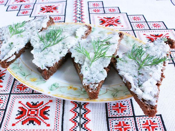 perekruchennoe-salo-s-chesnokom-3