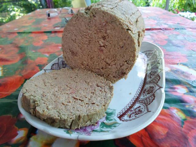 pechenochnaya-kolbasa-s-kuricej-v-vetchinnice-beloboka